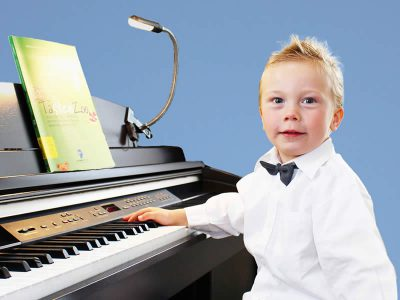 Klavier Garten Kind vor Keyboard
